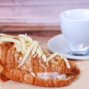 Круассан с сыром и ветчиной кондитерская фрау бротхен